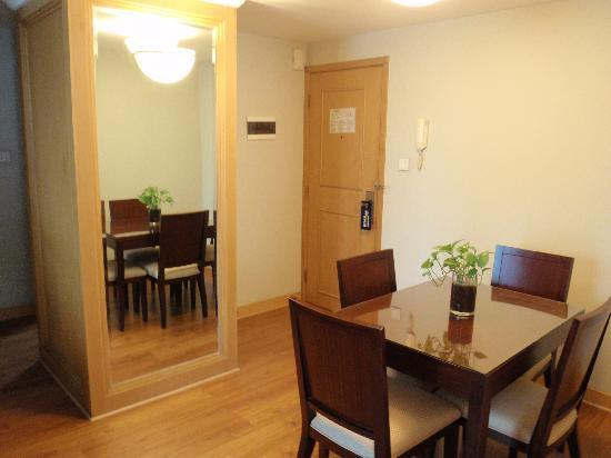 New Harbour Service Apartments: dinning area of the living room in 1 bed apartment