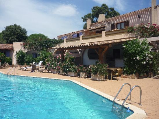 Hotel Palombaggia : sur le coté, espace petit dejeuner/bar