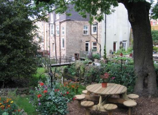 Birds Nest Cottage Guest House: House & Garden