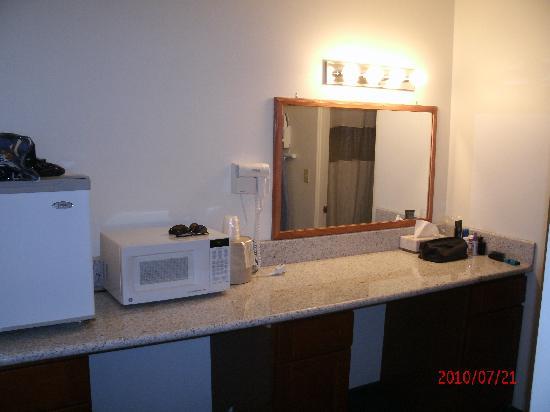 Rodeway Inn Newport: Dressing area w/ref & micro