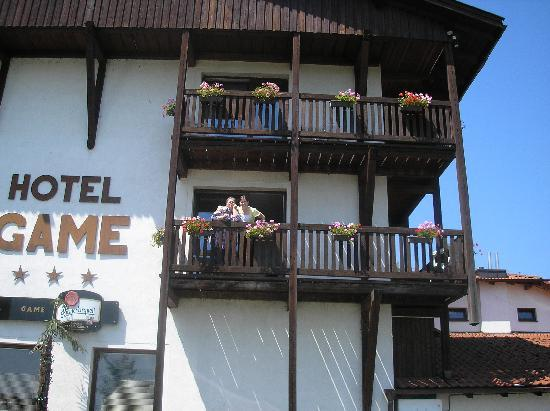 Hotel Game: Family on balcony