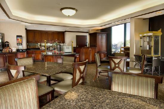 Drury Inn & Suites Kansas City Airport: Breakfast Area