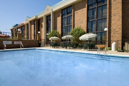 Drury Inn & Suites Kansas City Stadium: Pool