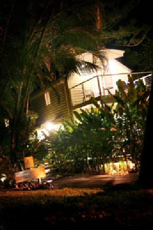 port douglas cottage and lodge: The Cottage by night