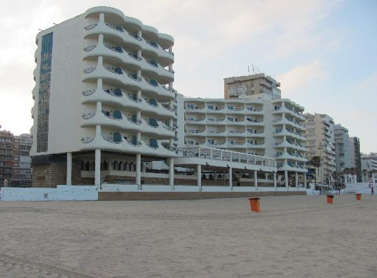 Hotel Playa Victoria: Hotel on the beach