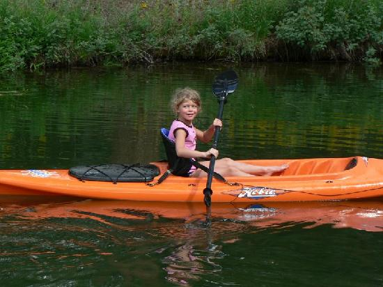 Eagle's Nest Cabins & Homes: Sophie's first kayak adventure on the pond.