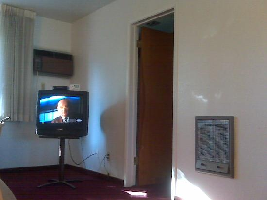 Vino Inn & Suites: the loud air conditioning unit, wall heater, and poor TV