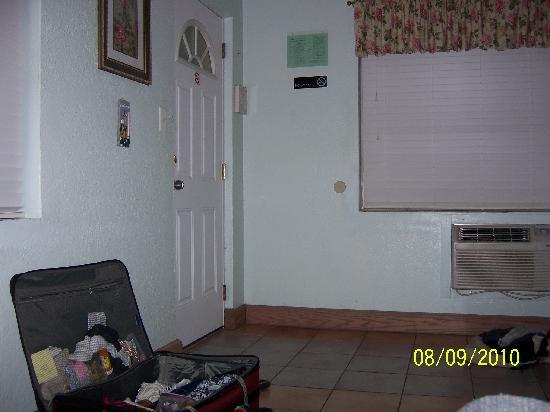 سيلفير ساندز موتل: View from bed to front door