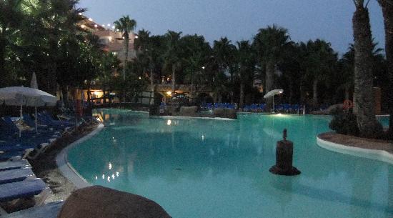 Playasol Spa Hotel: La piscina al anochecer