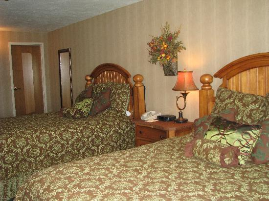 The Keeter Center at College of the Ozarks - Lodging: Bedroom of Skyline Suite.