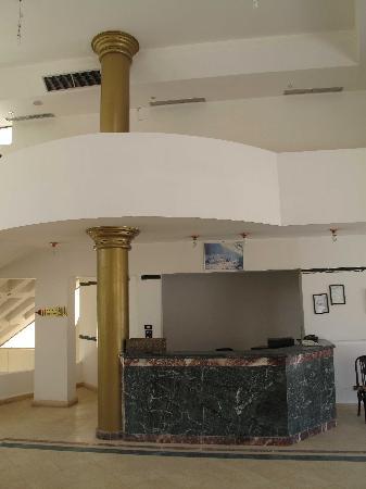 El Wady El Mouqudess Hotel: Die menschenleere Lobby und Rezeption.