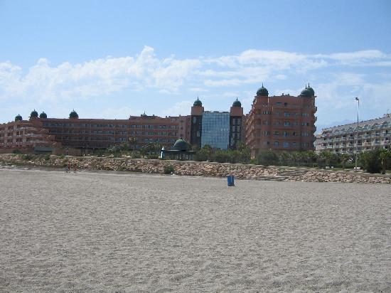 ALEGRIA Colonial Mar: Desde la playa, con el rio de desagüe a la izquierda