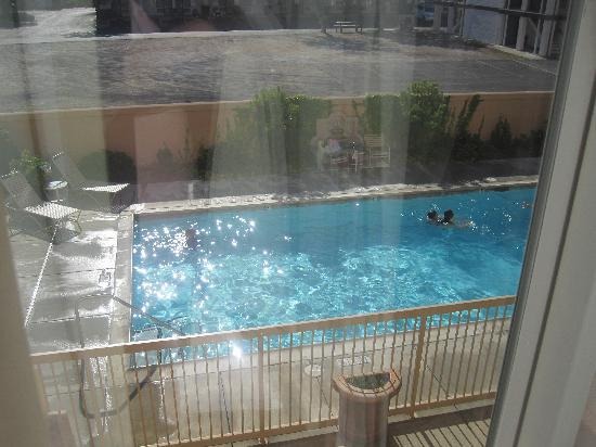 Hampton Inn & Suites Redding: Pool View from room...
