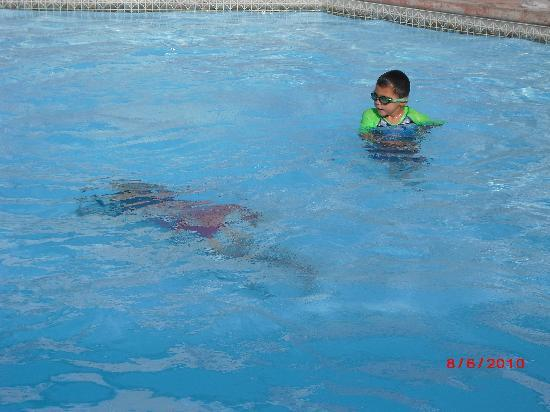Red Lion Hotel Kennewick Columbia Center: kids enjoying the pool