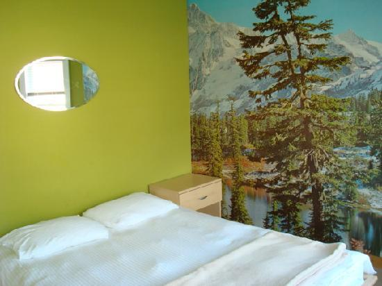 Poppi's Private Room Hostel: Canadian Rockies room-linens and towels provided
