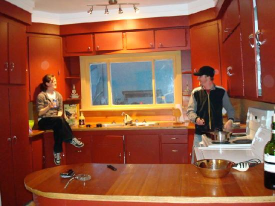 Poppi's Private Room Hostel : Spacious, fully-equipped kitchen