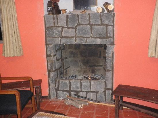 Colca Llaqta Hotel: feu de cheminée dans le bar, pres de la salle du petit dej