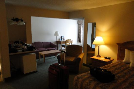 Country Inn & Suites By Carlson, Chippewa Falls: From the bed to the sitting area