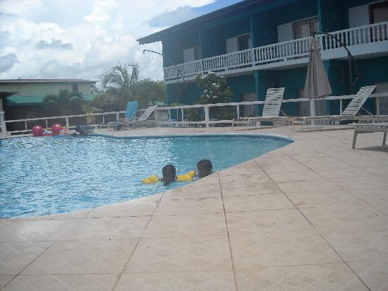 D' Coconut Cove Holiday Beach Resort : pool view