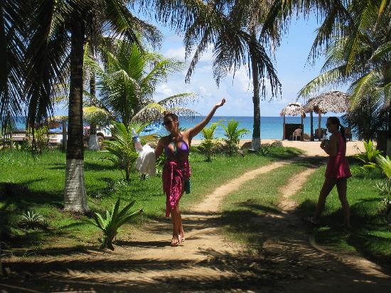 Paraiso Beach Hotel: The walk to the beach