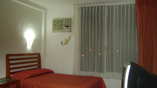 Hotel Soberanis Cancun : Another view of the room
