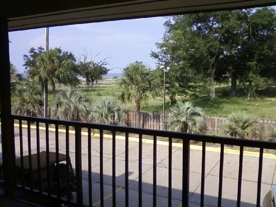 Econo Lodge Biloxi Beach North: The view from our window our across to the beach.