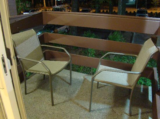 Quality Inn Wilsonville: Balcony with 2 chairs