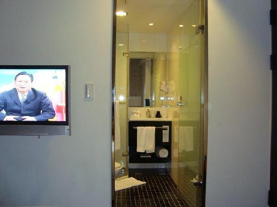 Hotel 73: Hotel toilet - very clean and modern