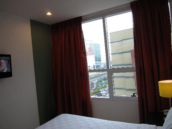 Go Hotels Mandaluyong: view beside bed