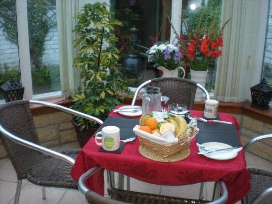 Duddingston View Bed & Breakfast: Breakfast in the Conservatory.