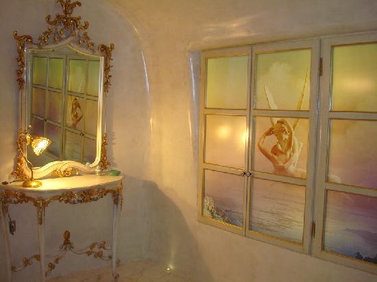 Art Maisons Luxury Santorini Hotels Aspaki & Oia Castle: Ou Est L'Armoire?