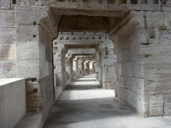 Arles, France: les couloirs