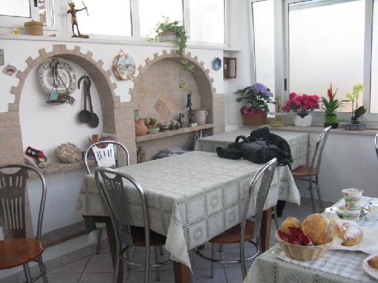 Villa Damecuta: Cozy breakfast room