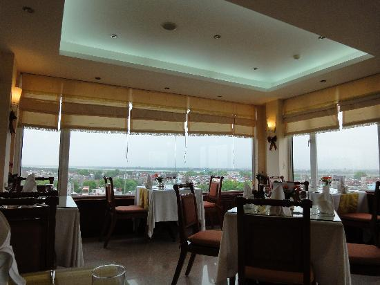 Flower Hotel: nice view and food in the restaurant on the top floor of the hotel