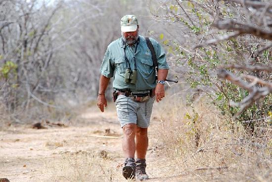 Musango Safari Camp : Steve Tracking Black Rhino