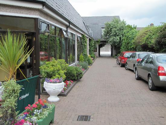 Aherne's Townhouse Hotel Youghal: Courtyard/Driveway