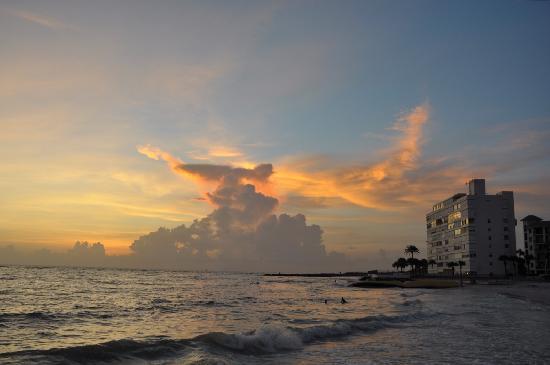Gulf Tides Inn: Sunset down the street