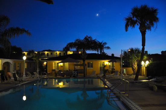 Gulf Tides Inn: Relaxing at night