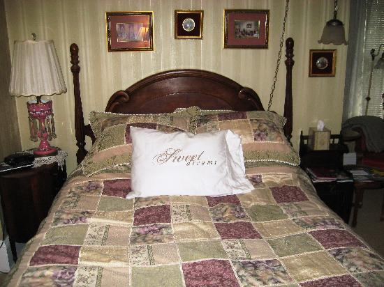 Mildred's Bed and Breakfast: Lace Room