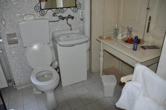 Schlossvilla Miralago: Bad mit Tür zum Nachbarzimmer