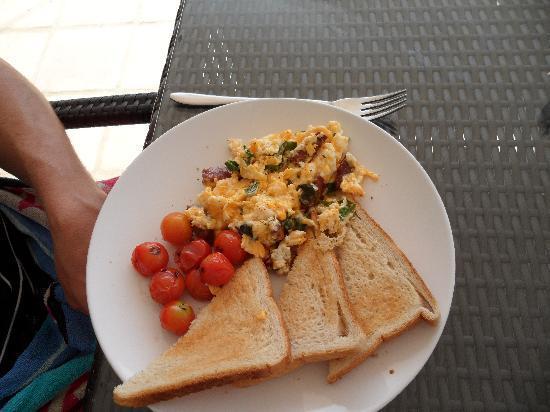 Casa Colina: Chorizo scrambled egg and roasted vine tomatoes.... breakfast special!