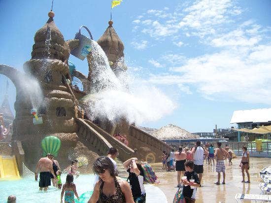 "Schlitterbahn Beach Waterpark : ""Big Bucket of Doom"""