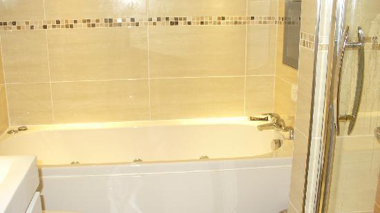Queens Mansions Holiday Apartments: jacuzzi bath brilliant