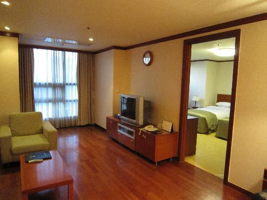 M Chereville Serviced Apartment : 広いリビング