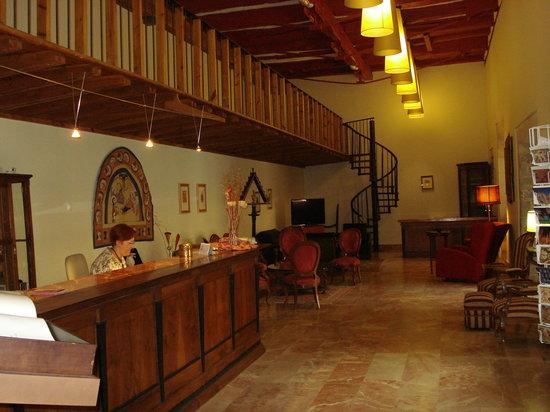 Hotel Real Colegiata de San Isidoro: Reception area with Marissa at work.