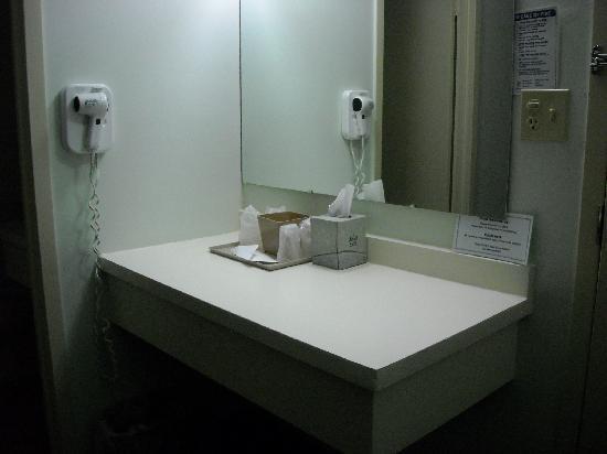The Diplomat Inn: Il ripiano con specchio