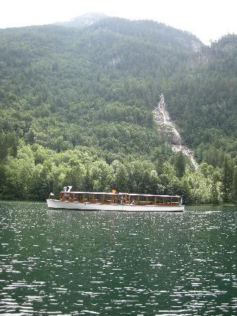 Pension Berganemone: Boat passing in front of the waterfall on the Koenigsee