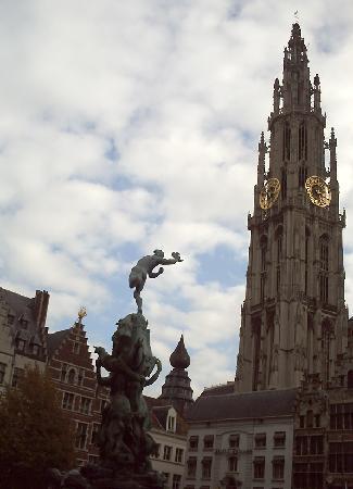Antwerpen, Belgien: Amberes, estatua Silvius Brabo