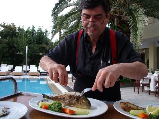 La Piscine Art Hotel: Mike preparing Sea Bass, a perfectionist at work