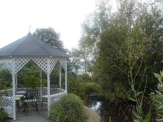 L'Abri-Cotier : Kiosque dans le jardin où le repas est possible